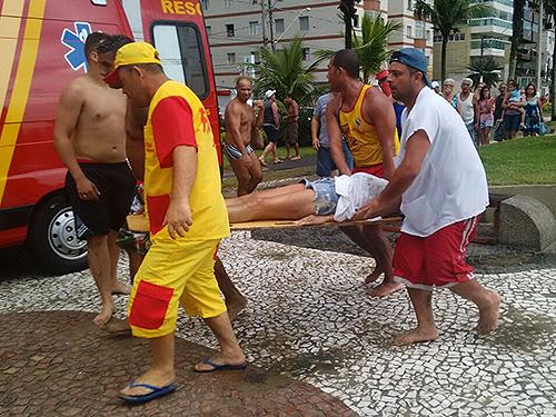 <p>Bombeiros resgatam vítimas de raio na Praia Grande, litoral paulista</p>