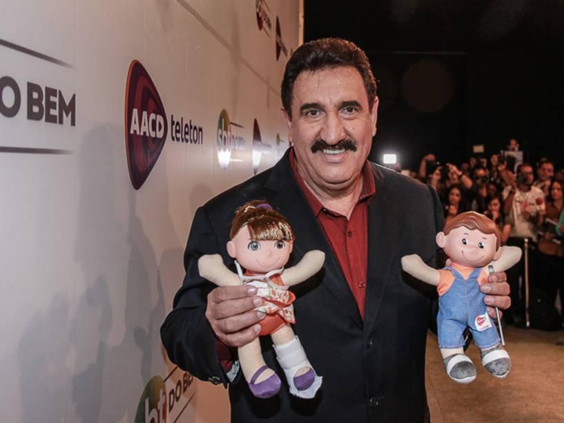 O apresentador Ratinho posa para fotos com os bonecos Tonzinho e Nina durante participação no Teleton 2015