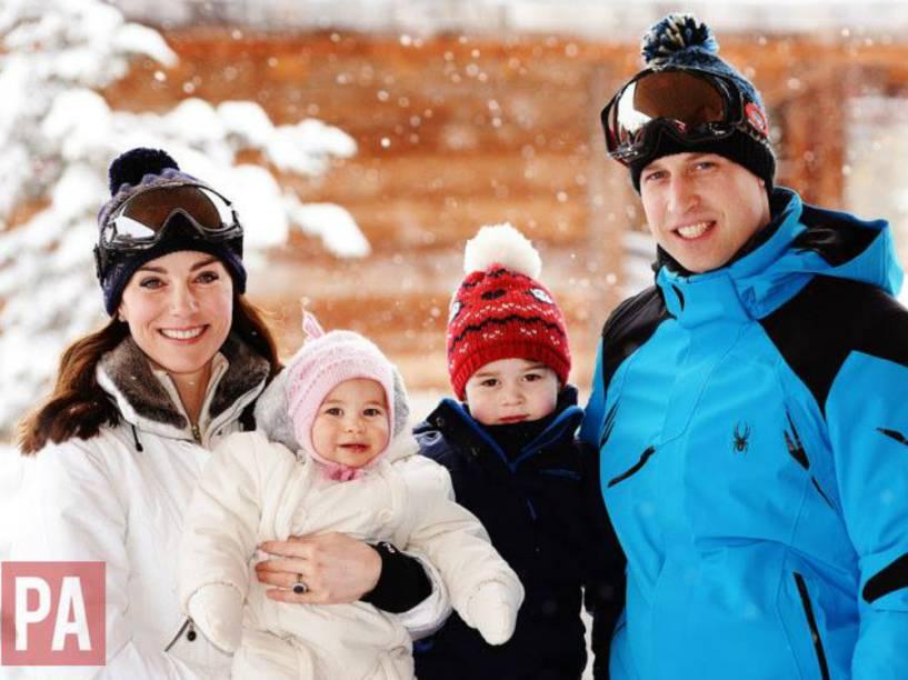 Imagem divulgada pela Monarquia Britânica mostra as férias do príncipe William e Kate Middleton com os filhos, George e Charlotte, nos Alpes Franceses