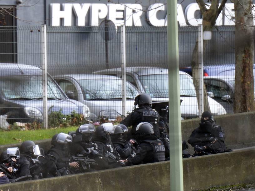 Um homem tomou ao menos 5 reféns num mercado kosher em Paris e houve tiroteio, segundo as agências e a imprensa local. Há ao menos um ferido, de acordo com a Reuters