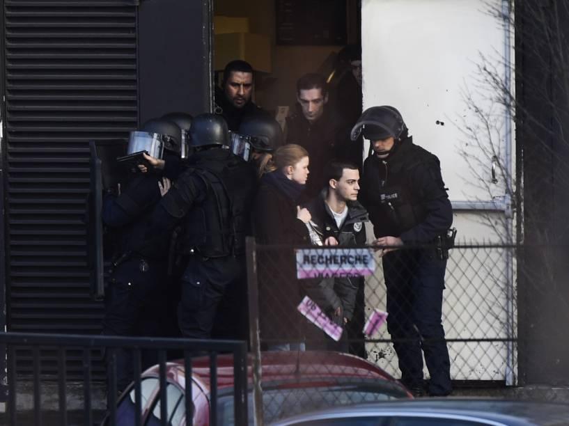 Forças especiais da polícia francesa evacuam os moradores próximo ao mercado kosher em Paris, onde houve tiroteio, segundo as agências e a imprensa local