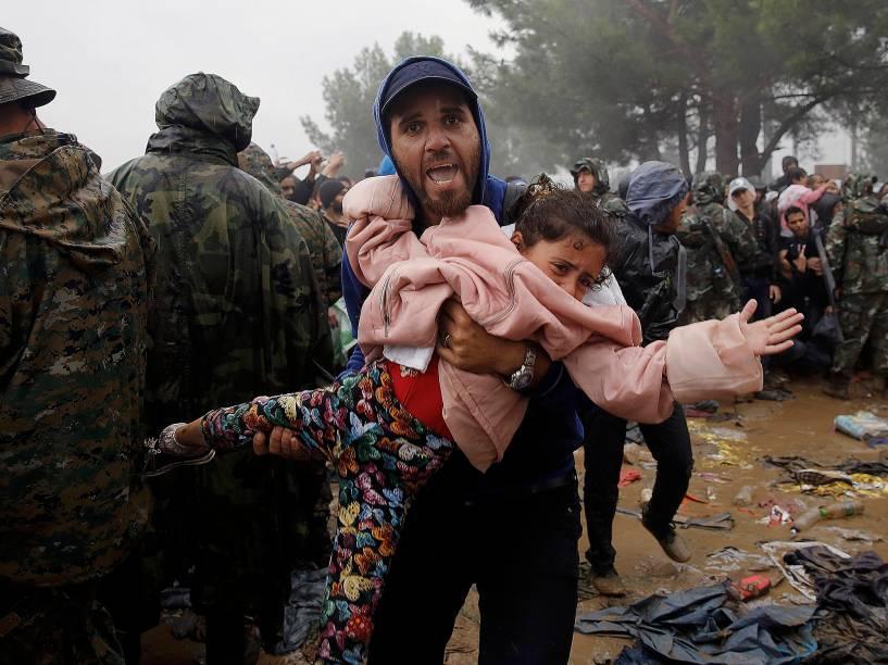 Refugiados sirios tentam atravessar a fronteira da Macedónia vindos da Grécia