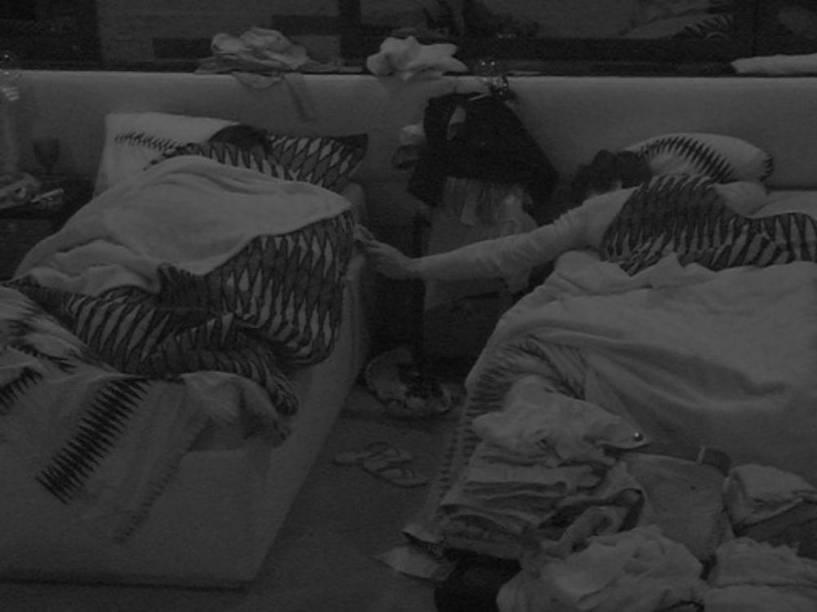 Munik e Renan acabaram dormindo em camas separadas - mas de mãos dadas - depois da primeira festa oficial do BBB16
