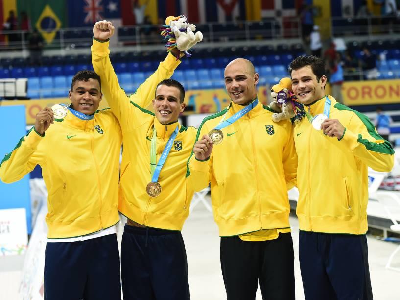 Equipe do revezamento 4x100 comemora a medalha de ouro nos Jogos Pan-Americanos de Toronto no Canadá