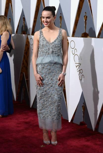 Daisy Ridley no tapete vermelho do Oscar 2016, vestindo Chanel