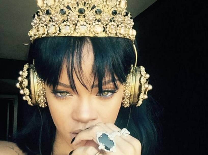 Rihanna ouve seu novo disco em fones da Dolce & Gabbana