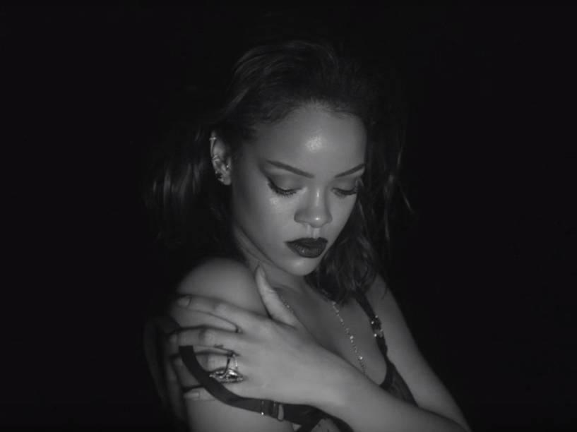 Rihanna no clipe de Kiss it Better, música do disco Anti