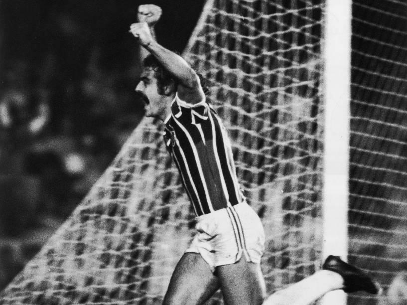 Rivellino, do Fluminense, comemorando gol contra o Vasco, na final do Campeonato Carioca, em 1976