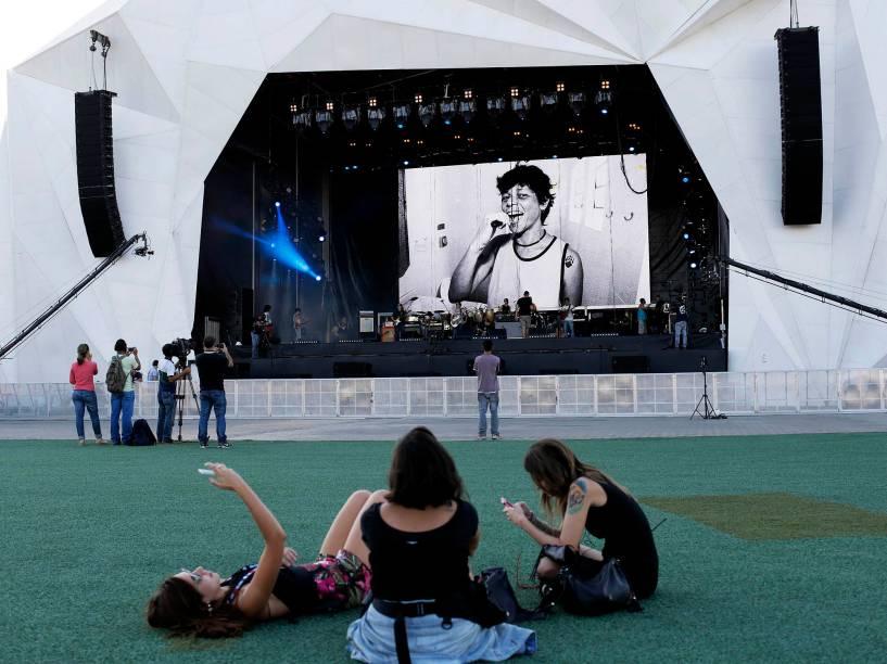 Visitantes descansam antes da abertura do Rock in Rio