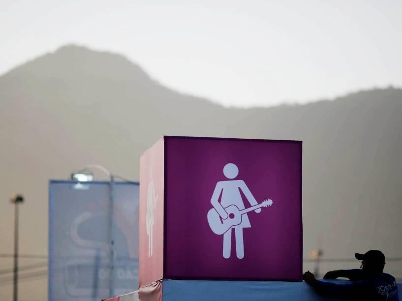 Placa roqueira indica o banheiro feminino na Cidade do Rock