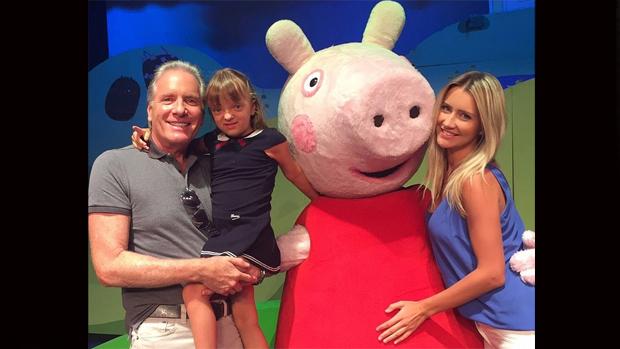 Roberto Justus, a noiva, Ana Paula Sierbert, e a filha Rafaella em show da Peppa