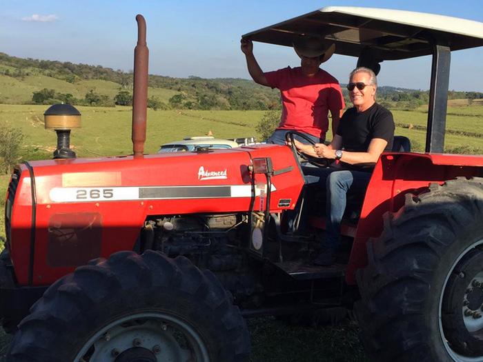 Roberto Justus grava para o reality show A Fazenda, que vai comandar na Record