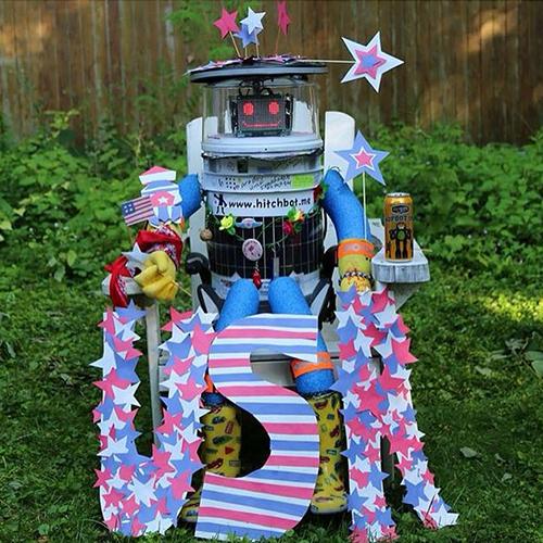 Os criadores do HitchBOT montaram um site que mostra o local exato em que o robô está e o caminho que já percorreu. Também há fotos e histórias de todas as viagens feitas, como sua passagem pelos Estados Unidos.