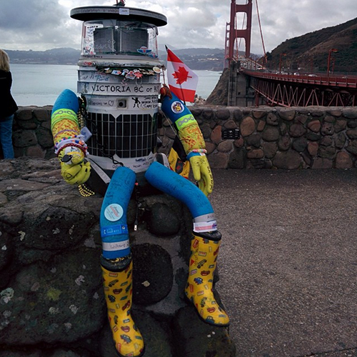 Enquanto estava na costa oeste americana, o HitchBOT, já carregando lembranças de sua viagem, posou diante da ponte Golden Gate, em São Francisco.