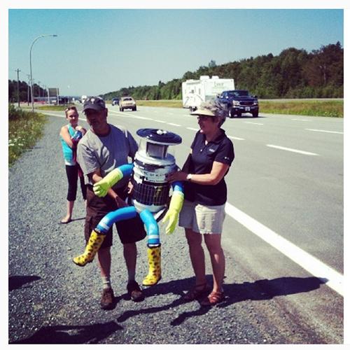 O robô precisa de ajuda humana para se movimentar. Esta é a foto da primeira carona, em Halifax, no Canadá, em julho de 2014.