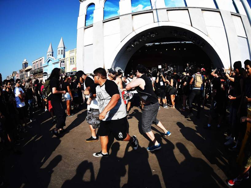 Público chega para o segundo dia do festival Rock in Rio, na Cidade do Rock, no Rio de Janeiro. O festival completa 30 anos de história
