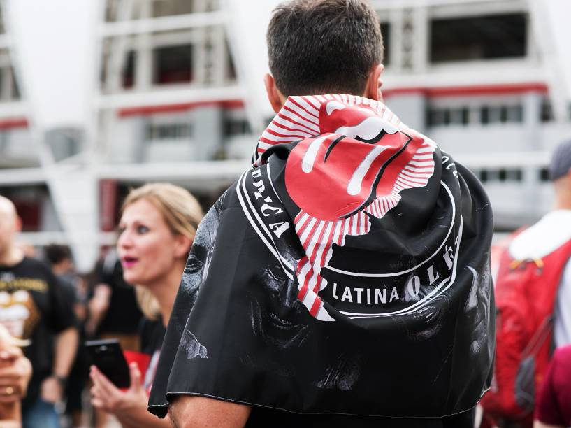 Público chega para o show da banda britânica The Rolling Stones, no estádio do Beira Rio, na cidade de Porto Alegre, na noite desta quarta-feira (02)