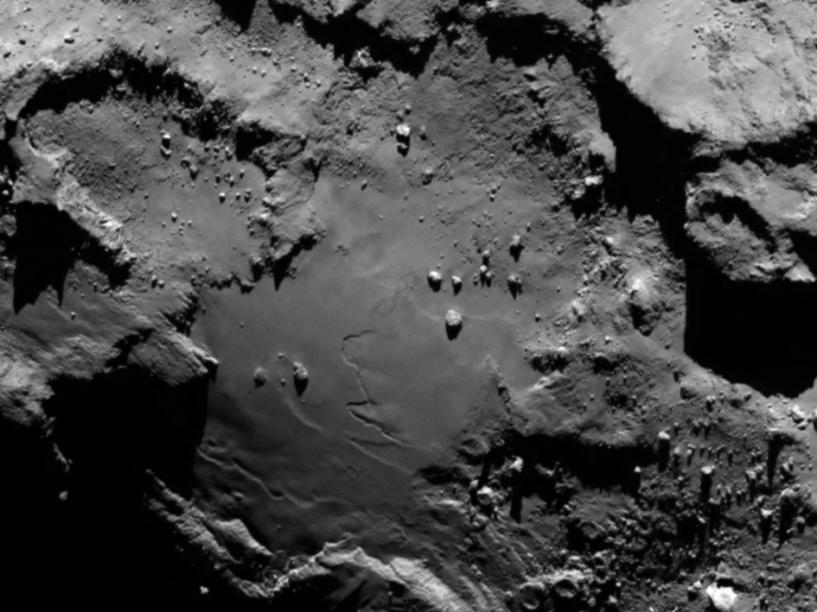 Detalhe da superfície do cometa67P/Churyumov-Gerasimenko. A imagem, do dia 6 de agosto, foifeita pela sonda Rosetta a 130 quilômetros de distância