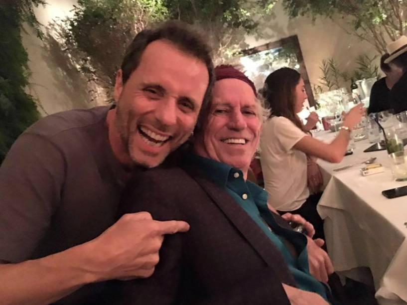 Keith Richards, dos Rolling Stones, e Tony Bellotto, do Titãs, jantaram juntos em São Paulo na noite de terça-feira (23)