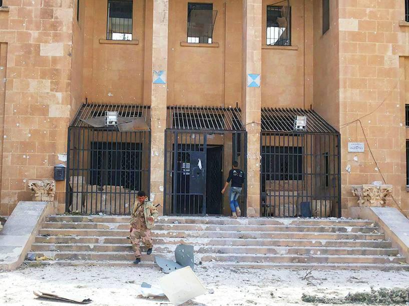 <p>Membro das tropas sírias, descem as escadas do Museu de História, da cidade de Palmira, na Síria, após forças governamentais reconquistarem a área, devido aos ataques do grupo Estado Islâmico destruirem o local</p>