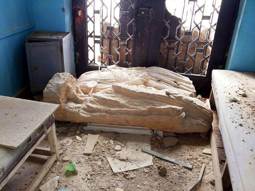 <p>Artefatos históricos danificados, dentro do Museu de História de Palmira, na Síria, após os ataques do grupo Estado Islâmico. Forças locais do presidente sírio Bashar Al-Assad já reocuparam a área</p>