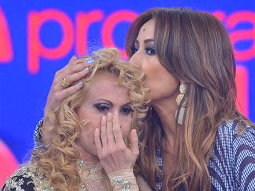 Joelma chora e é consolada por Sabrina em seu programa, na Record