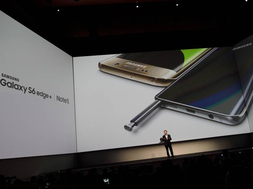 Ambos os smartphones tem as mesmas especificações: tela de 5,7 polegadas, processador octa-core, 4GB de memória RAM, armazenamento interno de 32GB ou 64GB, câmera de 16 megapixels e Adroid 5.1 Lollipop