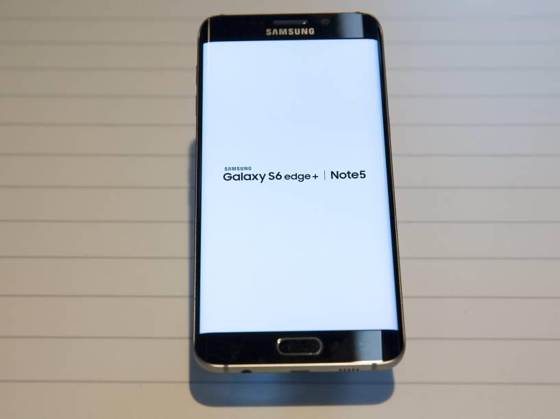 O Galaxy S6 Edge Plus continua com a tela curva, ocupando as bordas, que serão aproveitadas para ativar atalhos de aplicativos