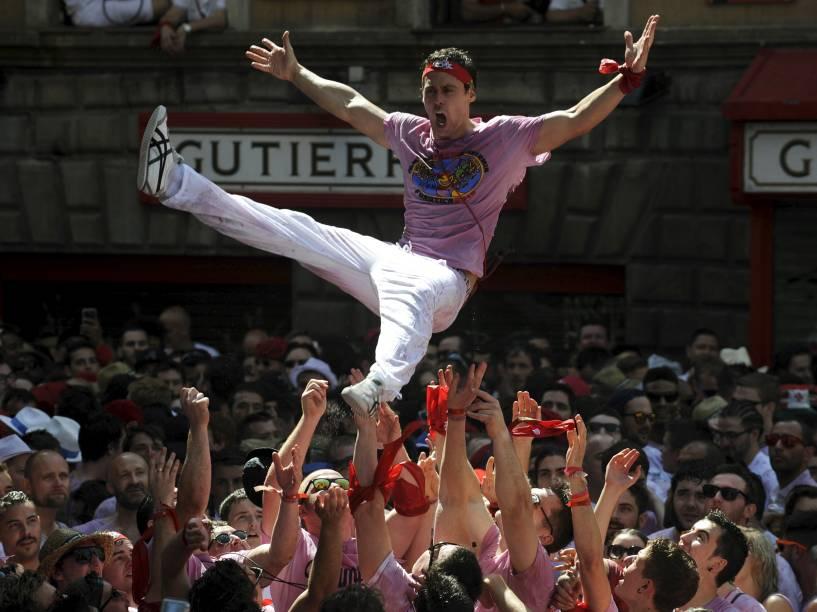 Homem é jogado ao ar durante o início do Festival de São Firmino, em Pamplona, Espanha. O festival conhecido pela corrida dos touros começou nesta segunda-feira(6) e vai até dia 14 de Julho