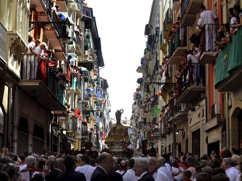 Estátua de São Firmino é carregada pelas ruas durante processão em honra ao santo no Festival de São Firmino, em Pamplona, Espanha