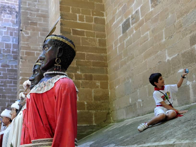 """Criança tira selfie com os """"Gigantes"""" durante o Festival de São Firmino em Pamplona, Espanha"""