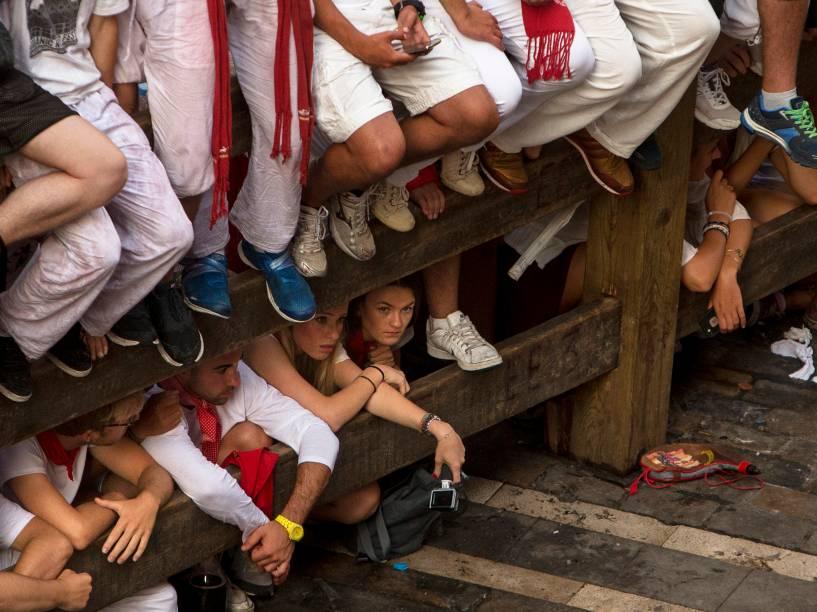 Pessoas se reúnem para assistir a corrida dos touros nas ruas de Pamplona, Espanha, durante o Festival de São Firmino
