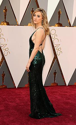 Saoirse Ronan antes do início do Oscar 2016 no Teatro Dolby, em Los Angeles, com seu vestido Calvin Klein