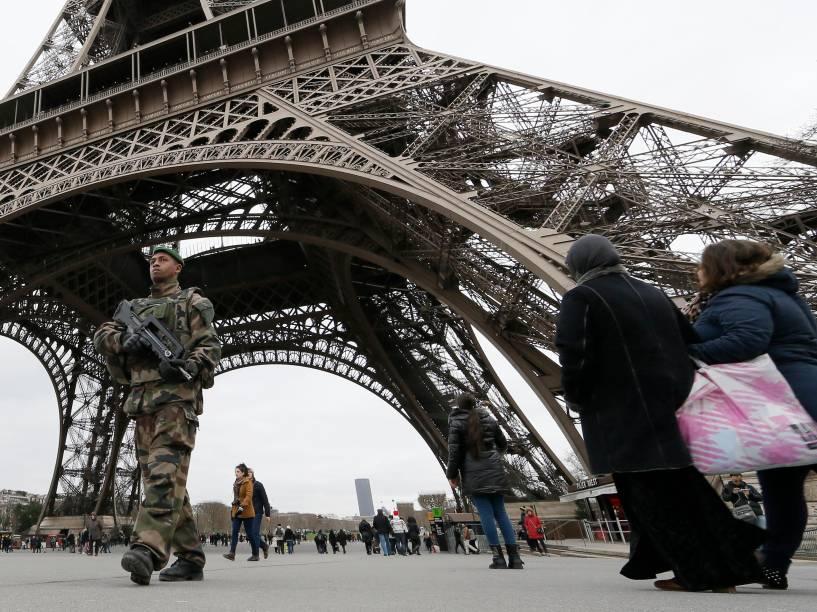 Segurança é reforçada na Torre Eiffel, nesta-segunda-feira (12), após ataque terrorista aos escritórios da revista Charlie Hebdo em Paris