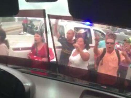 Militantes do governo Maduro protestam em frente ao ônibus com senadores brasileiros que visitam a Venezuela em apoio aos líderes oposicionistas presos