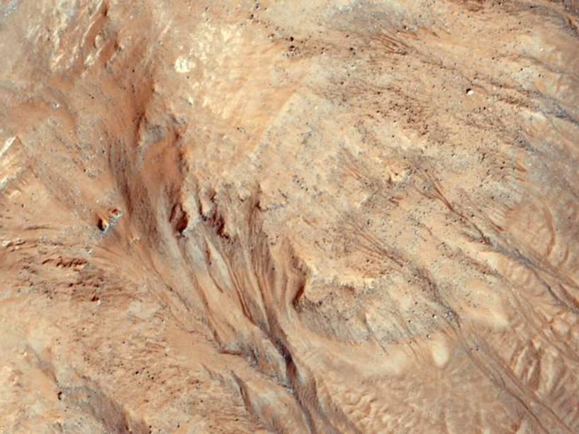 <p>A Missão Mars Reconnaissance Orbiter (MRO) capturou, em 6 de maio de 2015, imagens das voçorocas – escavações que se formam durante o inverno e são causadas pela erosão do lençol de escoamento de águas – sobre a superfície de Marte.</p>