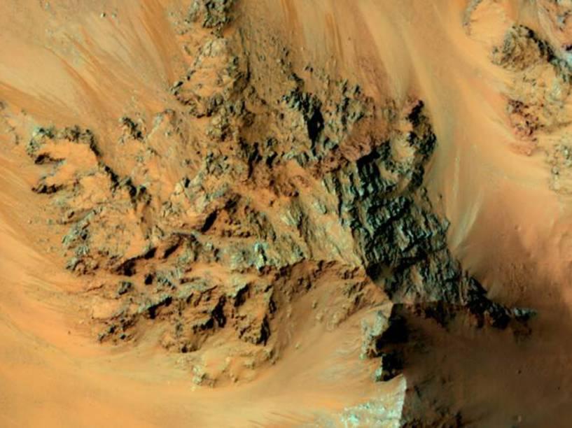 <p>Esta imagem, capturada pela Missão Mars Reconnaissance Orbiter (MRO) em 20 de fevereiro de 2015, mostra o que os cientistas chamam de RSL – linhas recorrentes de encostas relacionadas à presença de água - na cratera Hale. Elas possuem tom avermelhado devido à existência de ferrugem neste local. </p>