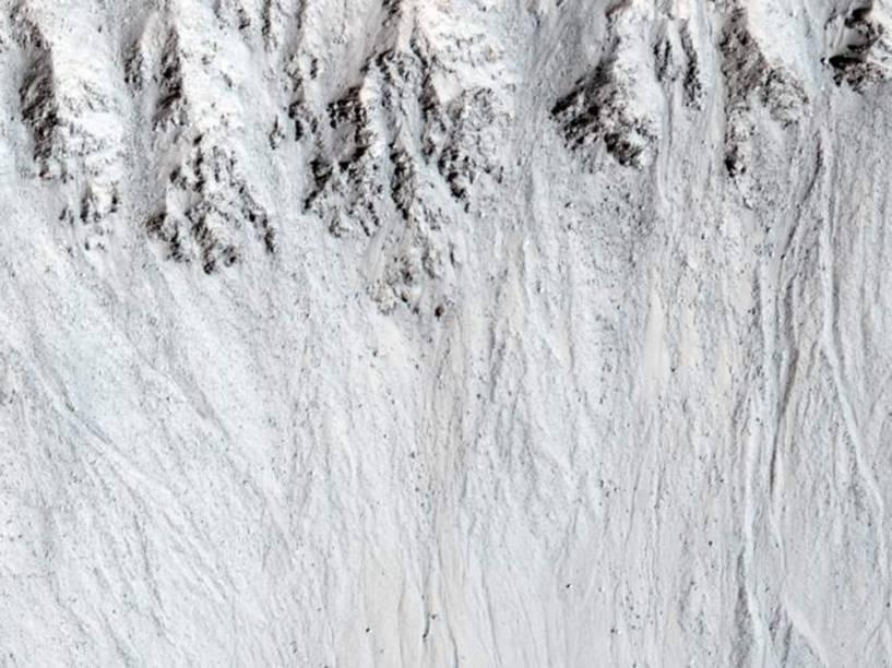 <p>Capturada em 9 de fevereiro de 2015 pela Missão Mars Reconnaissance Orbiter (MRO), esta imagem retrata o que os cientistas chamam de RSL – linhas recorrentes de encostas relacionadas à presença de água - na cratera Raga.</p>