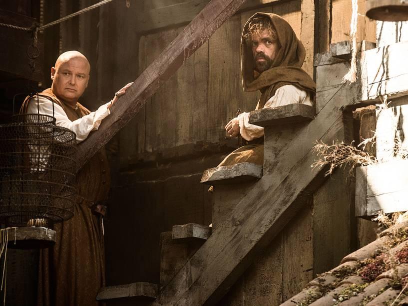 À MARGEM DO PODER – O cortesão Varys (Conleth Hill) e o anão Tyrion (Peter Dinklage) na nova condição de exilados: disputa permanente pelo Trono de Ferro