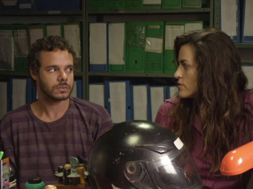 Deodato (Eduardo Gomes) e Jaqueline (Luciana Paes) em cena de Sinfonia da Necrópole)