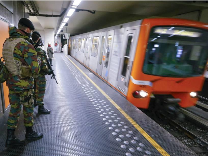 Soldados belgas patrulham o metrô de Bruxelas