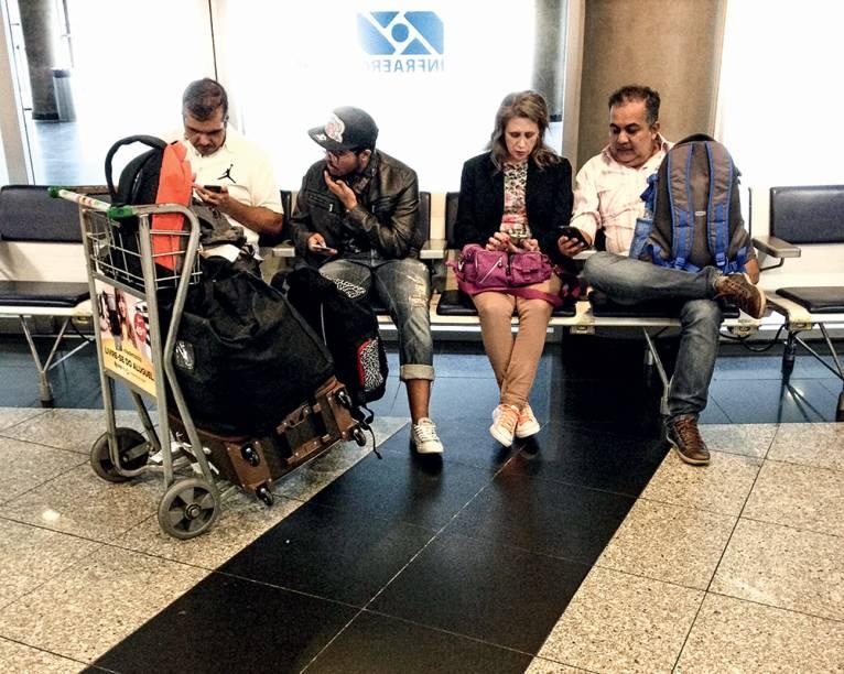 VIAJANDO NA WEB - Entre os locais onde mais se verifica a substituição das relações reais pelas virtuais está o aeroporto — 61% dos proprietários de celular declaram que acessam a rede enquanto aguardam o voo. Setenta e sete por cento navegam em transportes públicos