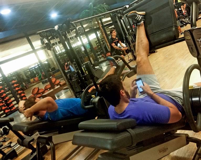 A TODA HORA, EM QUALQUER LUGAR Setenta e três por cento dos brasileiros que possuem celular não saem de casa sem o aparelho. Noventa por cento dos usuários que utilizam o dispositivo para entrar na internet o fazem junto com outras mídias