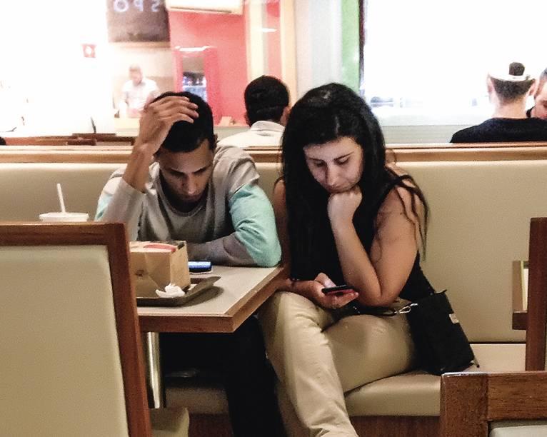 PRÓXIMOS, DISTANTES Ainda que não seja utilizado, um celular por perto prejudica a empatia e a comunicação entre as pessoas — mesmo entre casais.Todas as fotografias desta reportagem foram produzidas com smartphones