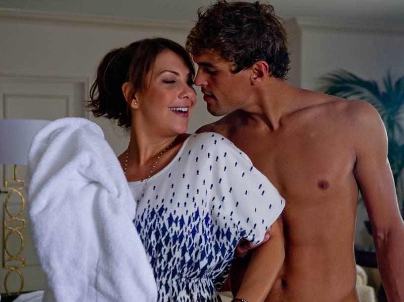 Fabíula Nascimento e Felipe Roque em cena do filme S.O.S. Mulheres ao Mar 2
