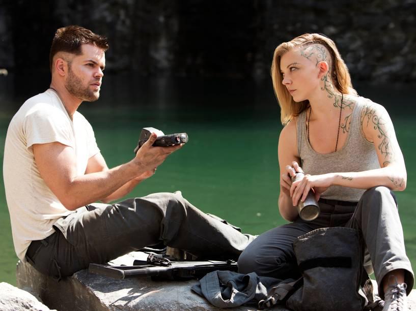 Natalie Dormer como Cressida e Wes Chatham como Castor no filme Jogos Vorazes: A Esperança - Parte I