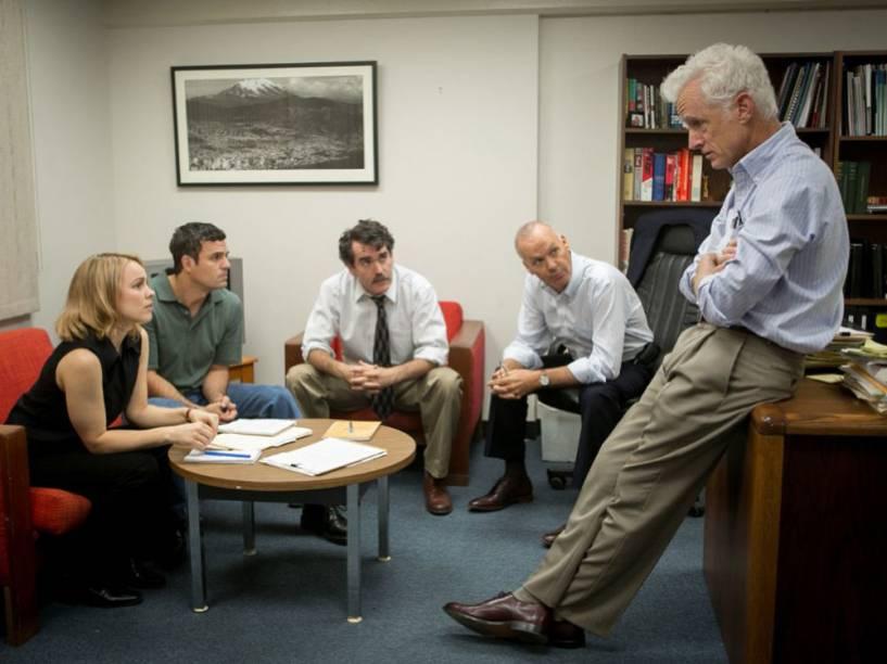 Cena do filme Spotlight, com Rachel McAdams, Mark Ruffalo, Billy Crudup, Michael Keaton e John Slattery
