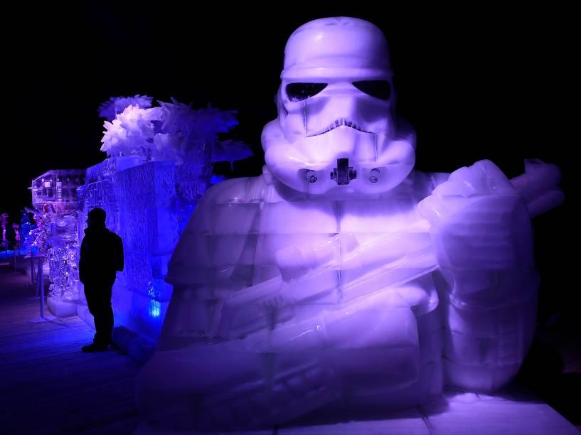 Escultura de gelo do personagem Stormtrooper, da série de filmes Star Wars, é vista durante o festival de esculturas de gelo da saga em Liège, na Belgica