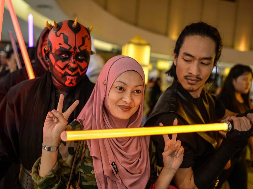 Público se prepara para assistir o filme Star Wars: O despertar da força  em Kuala Lumpur, na Malásia