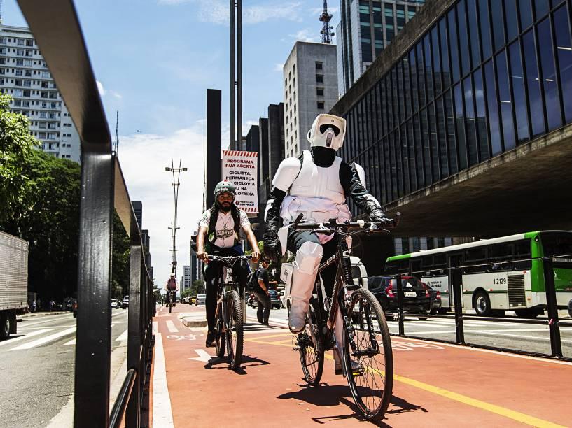 Fã (vestidos como soldado Biker Scout) clube do Star Wars é visto pedalando na ciclovia da av. Paulista, próximo ao Masp (Museu de Arte de São Paulo), em SP